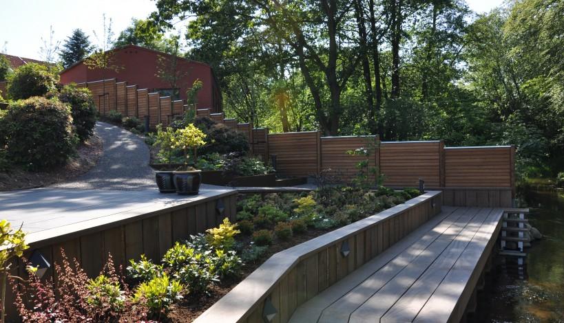 Her ses en have hvor der er monteret kombinationsstolper med klink