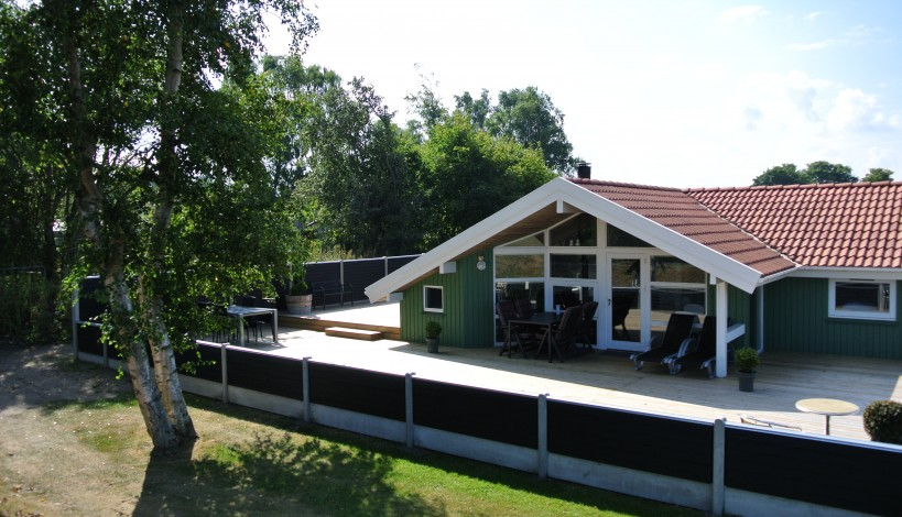klinkehegnet, som her ses omkredse en terrasse giver en flot harmoni omkring et flot sommerhus.
