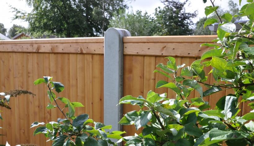 Lægtehegn her monteret med 10 x 12 cm. betonstolper