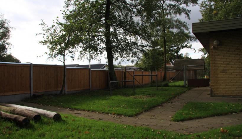 Sibirsk lærkeplank hegn med gavaniseret. stålafdækning